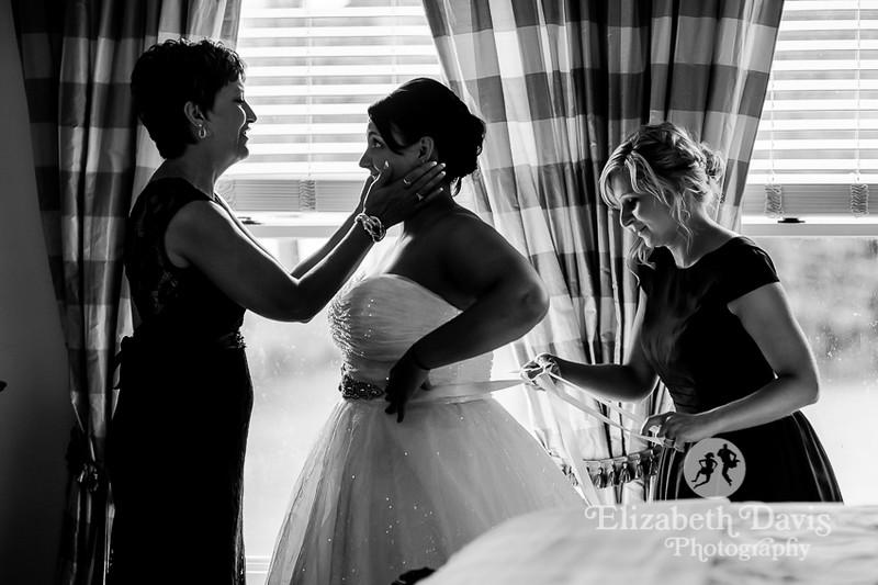 mom and bride getting ready | Elizabeth Davis Photography